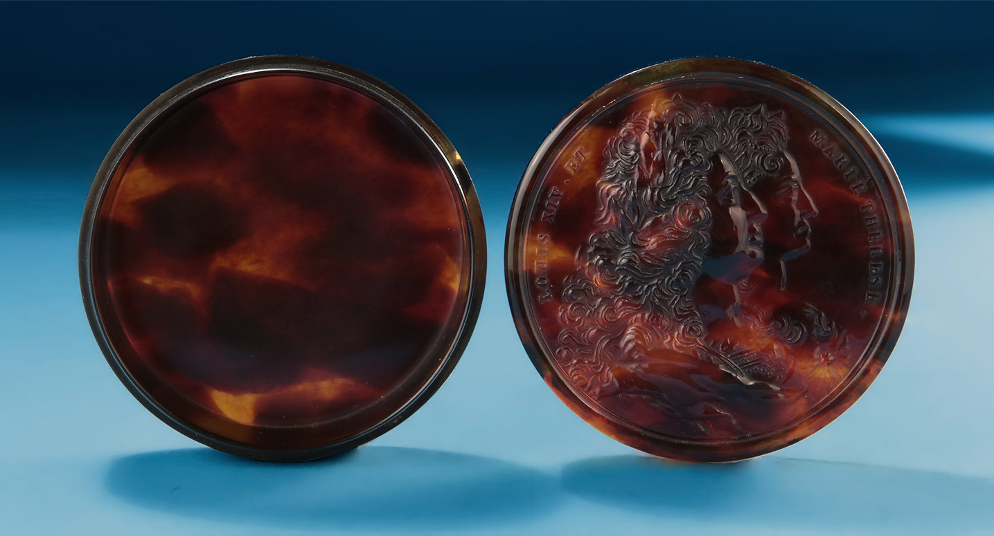 Moulded Tortoiseshell Portrait Snuff Box, Louis XIV, et Marie Therese, 18th century France, early 18th century